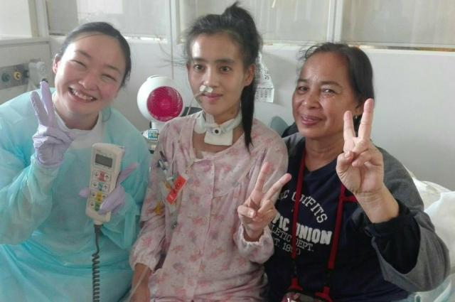 病室で、母親のスープンさん(右)と一緒に写真に収まるワンウィサさん