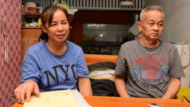「娘が倒れたことをきいたときは、これからどうやって生きてけばいいかわからなかった」と話す、母親のスープンさん。父親のプラシットさんは、ショックで病に倒れてしまったという=2017年6月、タイ・チェンマイ、染田屋竜太撮影