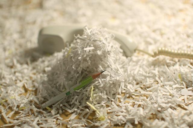 寄せられた「声」を書き留めた紙のシュレッダーの紙の山=遠藤啓生撮影