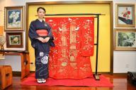 上海市内の李丹妮さんの自宅で、お気に入りの着物と=冨名腰隆撮影