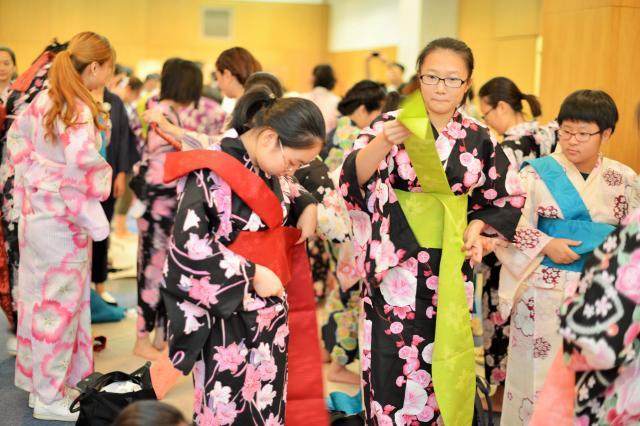 こちらは7月に在上海日本総領事館で開かれた「ゆかた文化交流会」。多くの中国人が着付けに挑戦していました=冨名腰隆撮影