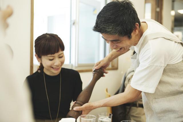 認知症の人がホールスタッフとなり、接客をする「注文をまちがえる料理店」(写真は6月のプレイベントの様子)=「注文をまちがえる料理店」実行委提供