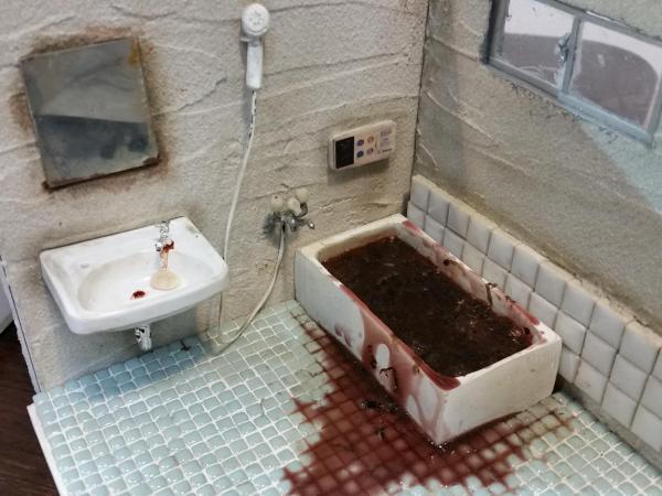 孤独死現場の浴室のミニチュア