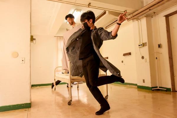 「Touch the Dark」から、「患者」と「看護師」の激しい群舞©龍/Tatsu