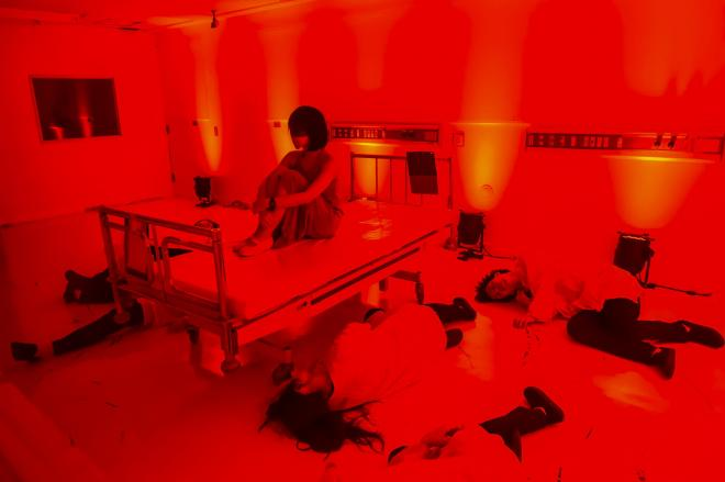 病院という装置を生かしたパフォーマンスが繰り広げられる「Touch the Dark」©龍/Tatsu
