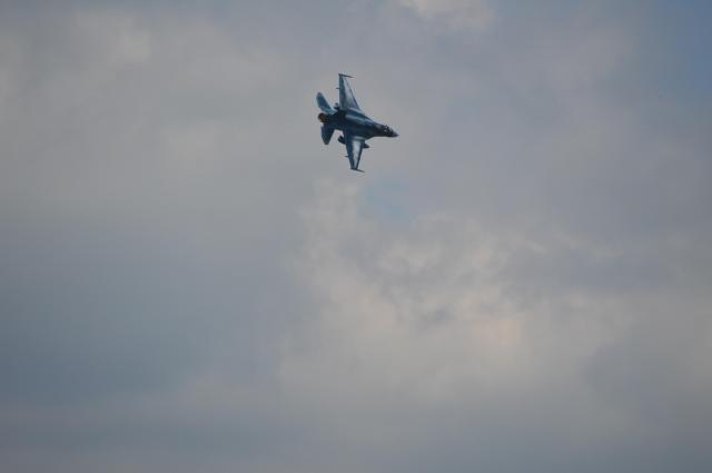離島奪回訓練に参加した航空自衛隊の戦闘機F2。演習会場上空を一瞬で突き抜けた=8月27日午前11時40分ごろ、静岡県の陸自東富士演習場