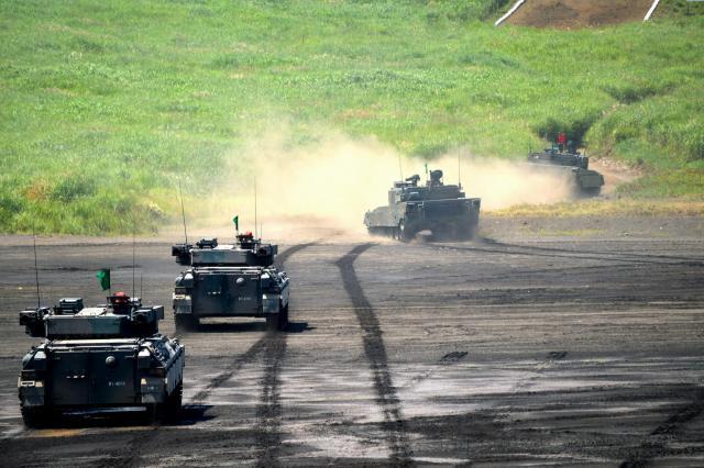 離島奪回訓練で敵陣地へ突撃する戦車中隊=8月27日午後0時15分ごろ、静岡県の陸自東富士演習場