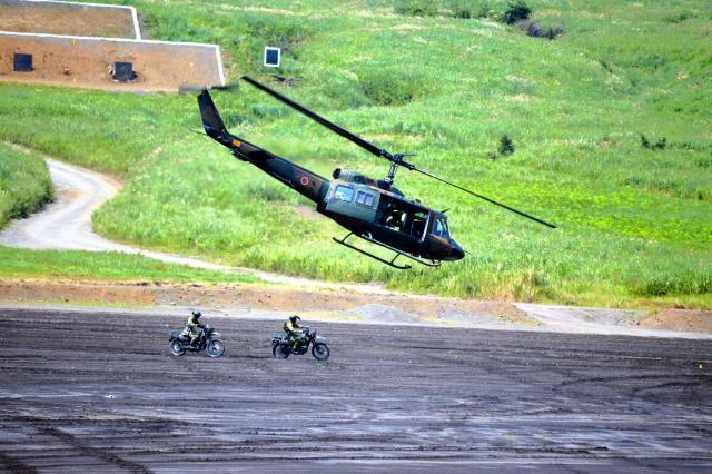離島奪回訓練でヘリコプターUH1から上陸し、偵察へ向かうオートバイ2台=8月27日午前11時50分ごろ、静岡県の陸自東富士演習場