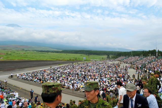 昼間演習を前に満員の観客席。29倍超の抽選でチケットを手にした人や、招待された自衛隊や在日米軍などの関係者ら約2万4千人が詰めかけた=8月27日午前、静岡県の陸自東富士演習場