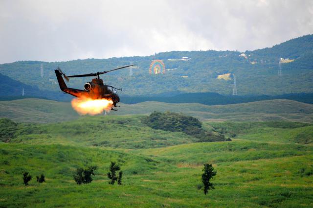 演習でミサイルを撃つ対戦車ヘリコプターAHIS=8月27日午前10時50分ごろ、静岡県の陸自東富士演習場