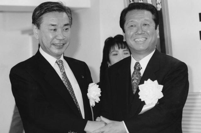 8月28日に死去した羽田孜氏と握手をする小沢一郎氏。新進党党首選の立候補届け出を終え共同出陣式での一枚=1995年12月16日