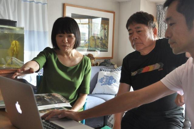 カラー化された写真を確認するハービー山口さん(中央)と、首都大学東京准教授の渡邉英徳さん(右)、いしまるあきこさん(左)