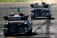 離島奪回訓練で敵陣地へ突撃する戦車中隊=8月27日午後、静岡県の陸自東富士演習場
