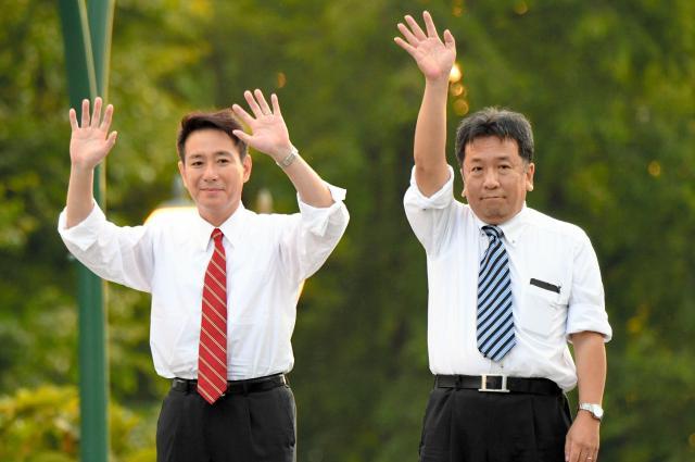 民進党代表選挙の街頭演説を終え、聴衆に手を振る前原誠司氏(左)と枝野幸男氏=2017年8月25日