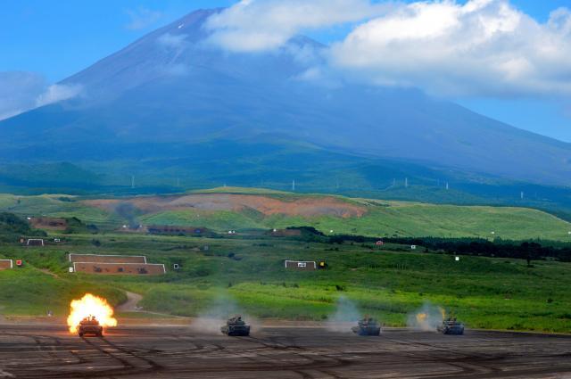 並んで実弾を撃つ90式戦車4台=8月27日午前11時、静岡県の陸自東富士演習場