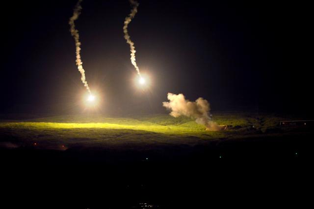 夜間演習では照明弾で標的を確認する砲撃もあった=8月26日午後8時前、静岡県の陸自東富士演習場