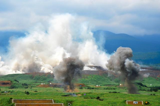 離島奪回訓練による砲撃であちこちで煙が上がる富士山麓=8月27日正午過ぎ、静岡県の陸自東富士演習場