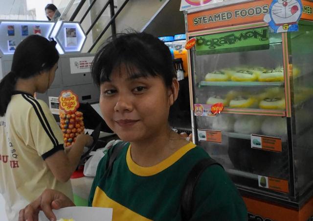 新商品を買ってその場で食べた大学生のハオさん。「青いドラえもんが好き」