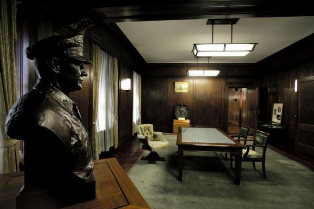 マッカーサー最高司令官が執務室として使っていた部屋=東京・有楽町の第一生命ビル(旧GHQ本部)で