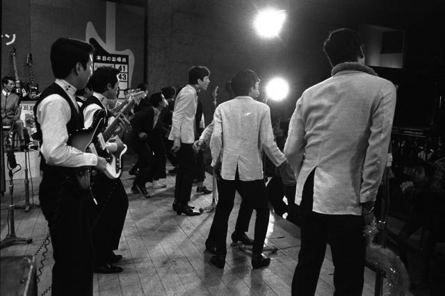 若い人たちの間にエレキギターが大流行、これが睡眠薬遊びやシンナー遊びに結びつく例が多いとして、各地で追放の運動が起きた。写真は、エレキギターの演奏で踊る若者たち