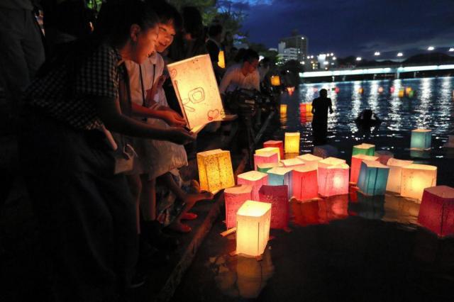 原爆の犠牲者を追悼するため、灯籠流し=2017年8月6日