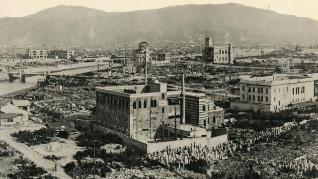 原爆投下直後の爆心地付近。上に原爆ドーム、左の川は元安川=1945年8月