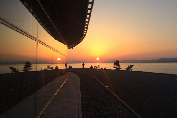 宍道湖に面した島根県立美術館と夕日