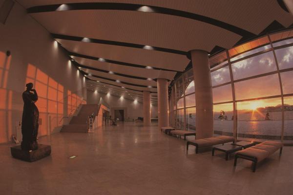 宍道湖に面した島根県立美術館のロビーと夕日