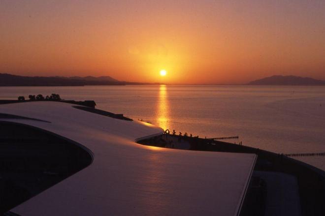 美術館(手前)と夕日