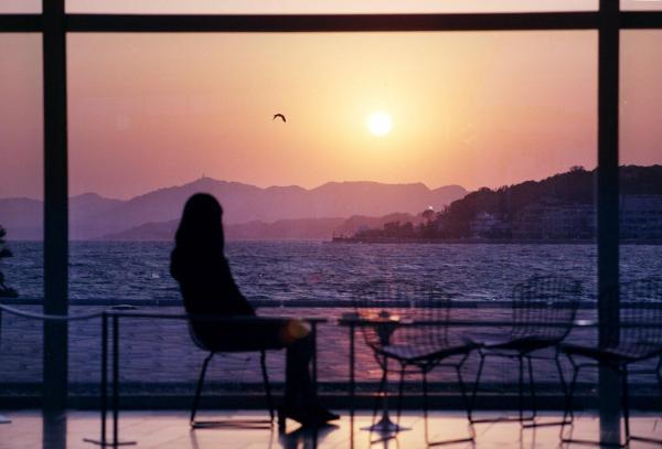 島根県立美術館のロビーは、宍道湖に沈む夕日が見られる=1999年撮影