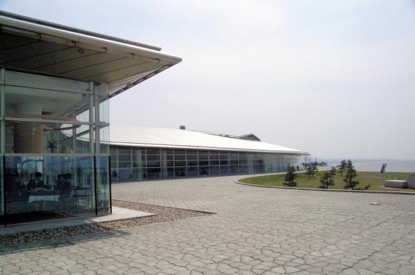 宍道湖に面した島根県立美術館は、夕日を見に来る人たちでもにぎわう=2005年撮影