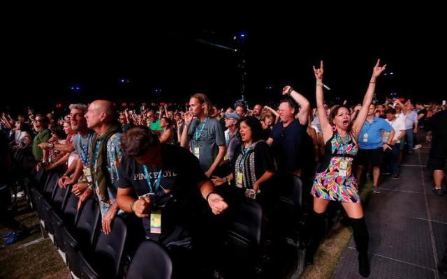 音楽フェス「デザート・トリップ」で盛り上がる観客=2016年10月、カリフォルニア、ロイター