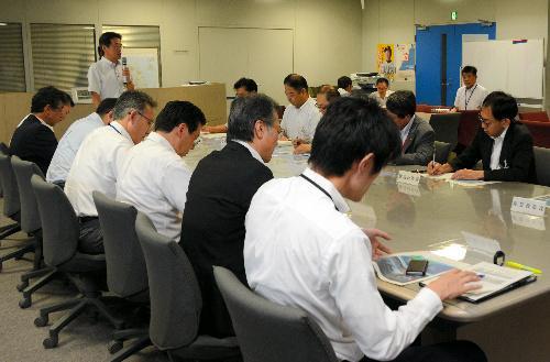 北朝鮮のミサイル発射を受けて開かれた県の連絡会議=8月29日午前7時半、秋田県庁