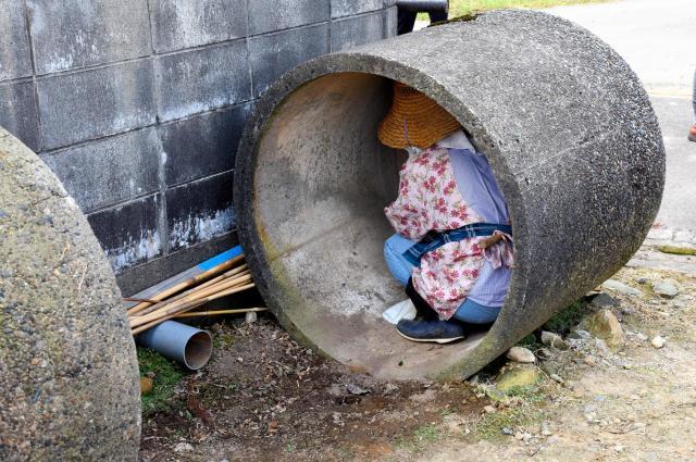 6月に新潟県燕市であった原発立地県で初のミサイル避難訓練。コンクリート製の円筒に隠れる人もいた=6月12日