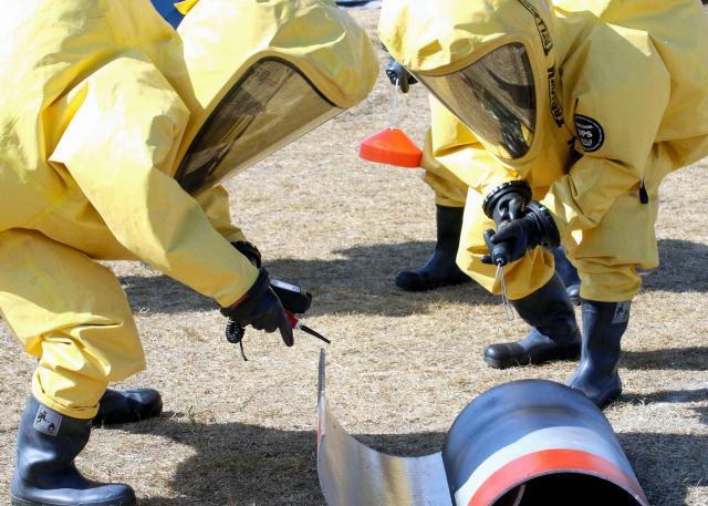 防災の日に徳島県鳴門市であった訓練。北朝鮮の弾道ミサイルの一部が落ちたことを想定し、化学防護服を着た県警NBCテロ対策班も参加した=9月1日
