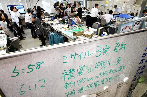ミサイル発射当時のメモ書きがホワイトボードに残るなか、北海道庁では予定通り午後からの訓練が行われた=8月29日午後、札幌市中央区