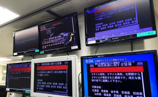 北朝鮮のミサイル発射を伝えるテレビ各局の画面=8月29日午前6時4分、東京都中央区