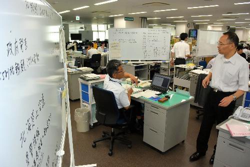 福島県職員は、ホワイトボードに整理しながら情報収集などにあたった=8月29日