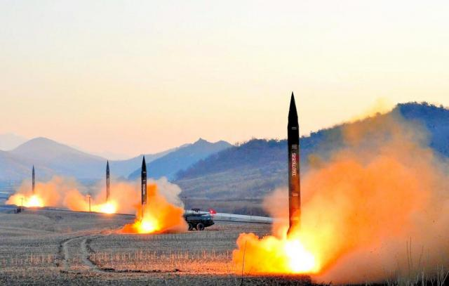 朝鮮人民軍戦略軍火星砲兵部隊の訓練として発射される4基のミサイル。朝鮮中央通信が3月7日報じた。同部隊は有事の際に在日米軍基地への攻撃を担うとされる=朝鮮中央通信