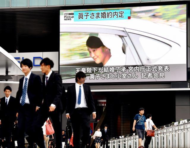 婚約が内定した眞子さまの映像が映し出された大型ビジョン=2017年9月3日、東京・秋葉原、迫和義撮影