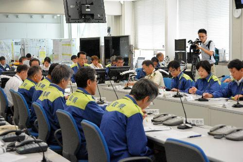 北朝鮮のミサイル発射を受けて開かれた情報連絡会議=8月29日、鳥取県庁