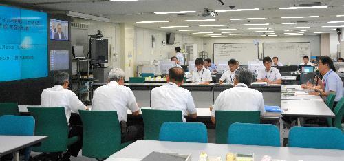 ミサイルの日本上空通過をうけて開かれた会議=8月29日、佐賀県庁