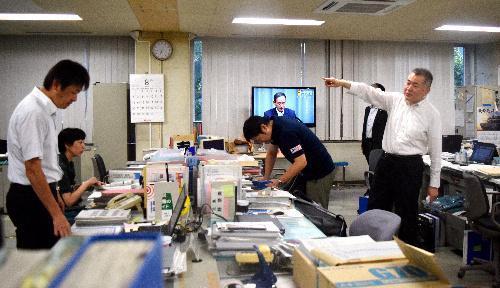 8月29日のミサイル発射で北海道庁は、危機対策課の職員が情報収集にあたった=29日午前6時45分、札幌市中央区