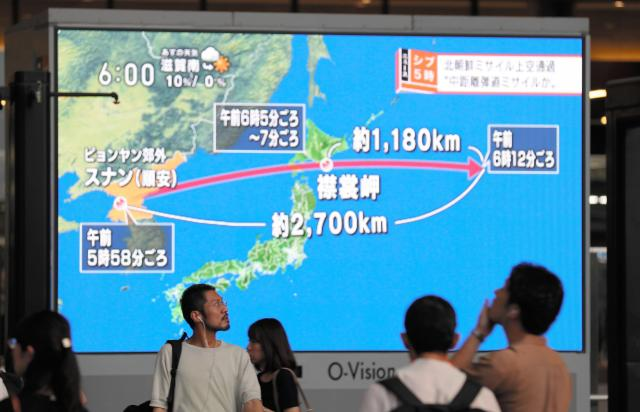 JR大阪駅でこの日早朝の北朝鮮による弾道ミサイル発射のニュースを見る人たち=8月29日夕、大阪市北区