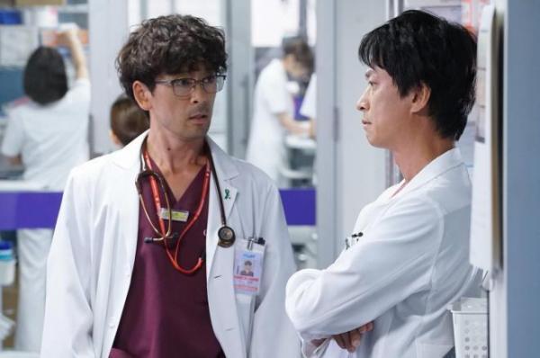 心臓移植を待つ優輔を担当する循環器内科医の井上(左)と、父親の橘