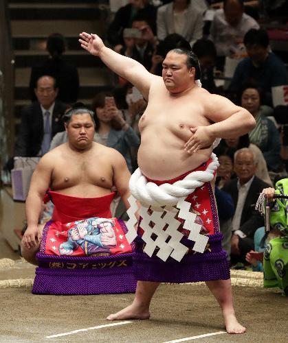 「北斗の拳」の化粧まわしで土俵入りする稀勢の里(右)=池田良撮影