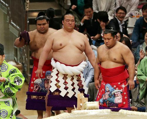 「北斗の拳」の化粧まわしで土俵入りする稀勢の里(中央)=池田良撮影