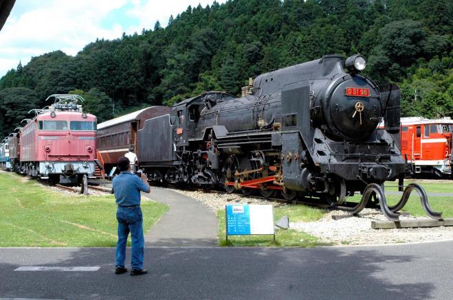 園内には、D51をはじめ様々な機関車や列車が展示されている=2009年撮影