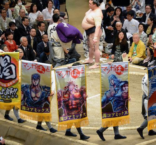 稀勢の里の取組には漫画「北斗の拳」のキャラクターをあしらった懸賞旗も土俵周りを巡った=迫和義撮影