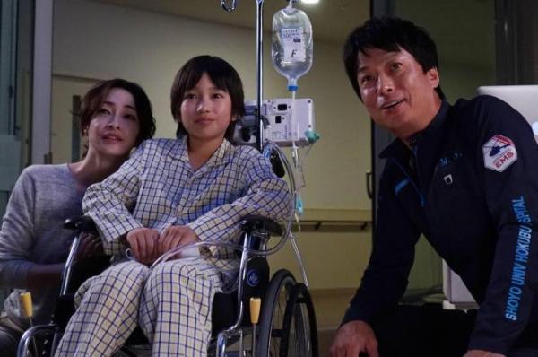 拡張型心筋症と診断された12歳の優輔(中央)は、補助人工心臓をつけて3年間、移植を待っています